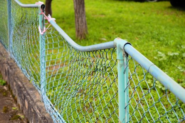 曲がったフェンス